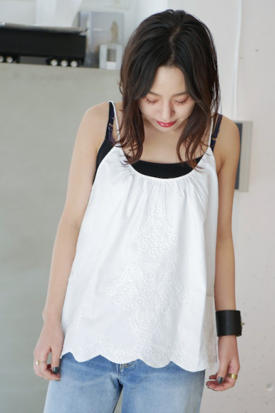 QUEENE and BELLE 【40%OFF】刺繍キャミソールブラウス
