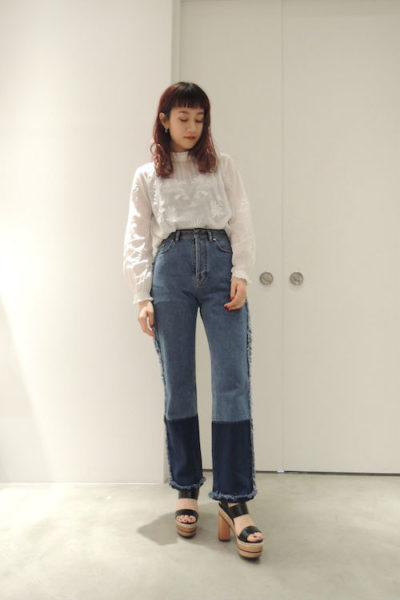 QUEENE and BELLE 【50%OFF】スタンドフリル刺繍ブラウス【18SS】