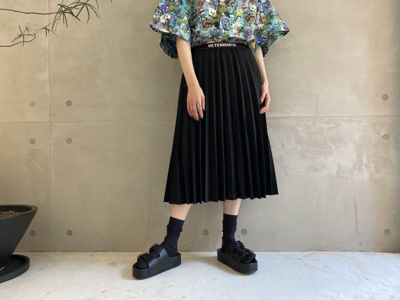 VETEMENTS ウエストロゴプリーツスカート【21SS】